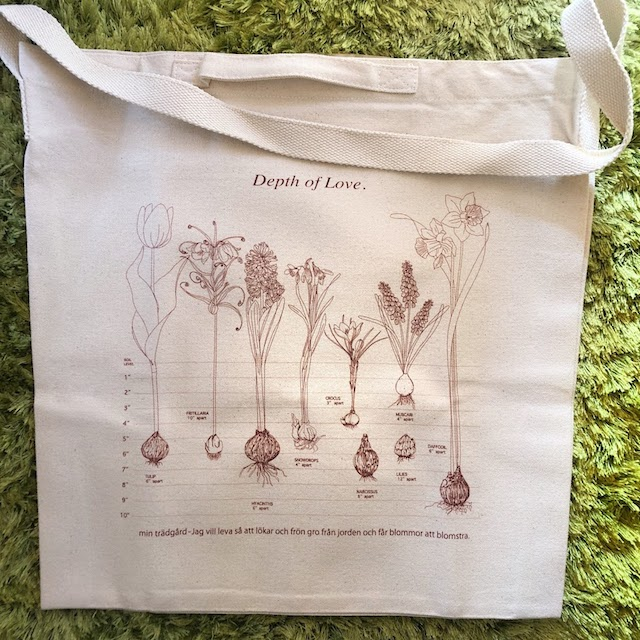 You will need this canvas tote bag when you planting flower bulbs. Very useful your gardening.