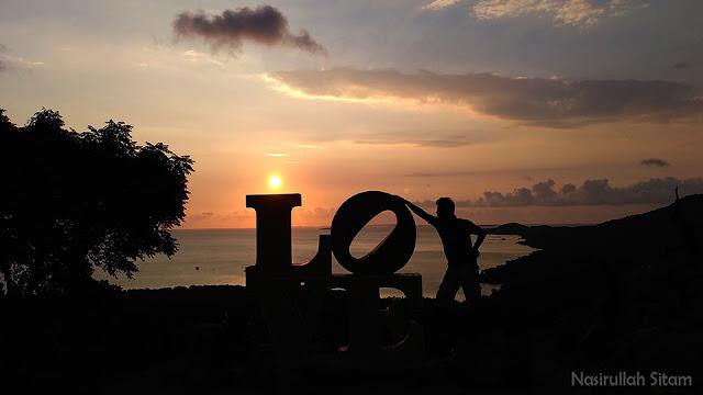 Berpose di tulisan Love di bukit Love Karimunjawa