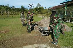Satgas Yonif 734/SNS Bangun Lapangan Voli di SMK Negeri 1 Hatu Dusun di SBB