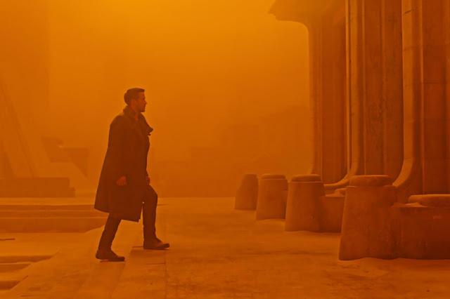 """Rudas Rudas Gellért & Baths chính là địa điểm quay của bộ phim Evita. Cũng nằm bên bờ sông Danube, tòa nhà Bálna với kiến trúc hiện đại đến """"vượt thời gian"""" lại được sử dụng trong những bộ phim khoa học viễn tưởng đình đám Blade Runner 2049 và The Martian. Tất nhiên, những công trình kiến trúc cổ kính là thế mạnh của Budapest cũng không bị bỏ phí: The Phantom of the Opera đã chọn Nhà hát Lớn Hungary làm địa điểm quay phim nhằm tạo nên một không khí u hoài, bí ẩn, tinh tế mà không kém phần lộng lẫy. Một loạt các bộ phim hành động - điệp viên cũng chọn thành phố xinh đẹp này làm bối cảnh cho mình như Spy, Atomic Blonde, Red Sparrow..."""