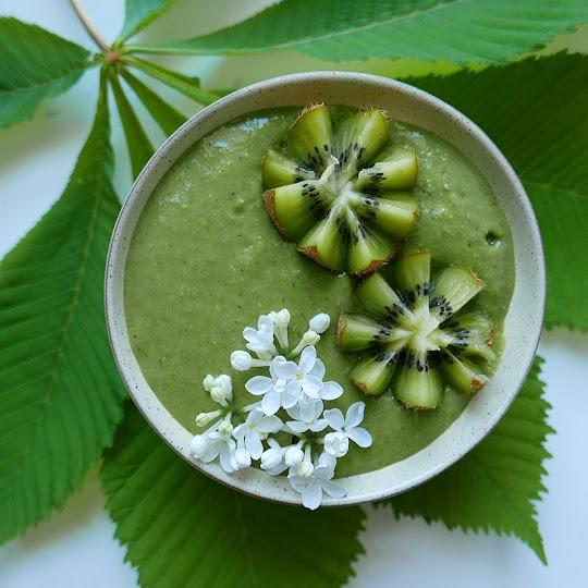 Zielone smoothie bowl z płatkami owsianymi i szpinakiem