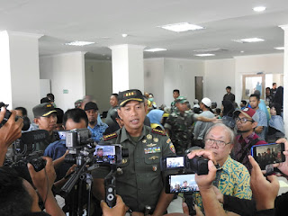 Komandan Korem 162/WB Kolonel Czi Ahmad Rizal Ramdhani, S.Sos. SH. M.Han saat di wawancara wartawan