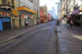 Centro de Porto Alegre rua fazia e lojas fechadas.