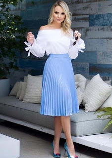 Rok plisket dengan blouse off shoulder