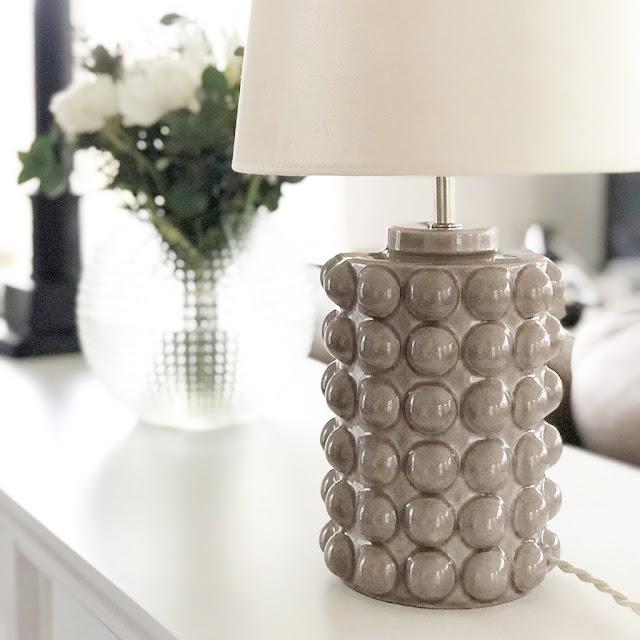 Lampfoten Bubbles Grey i grå keramik från Hallbergs belysning.