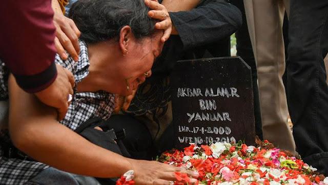 Menangis Histeris di Pemakaman, Ibu Akbar Alamsyah: Anak Saya Disiksa