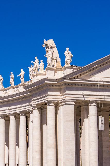Статуи на площади базилики Святого Петра в Ватикане.