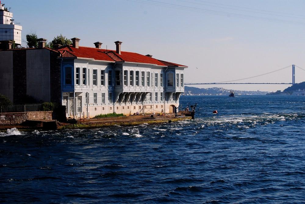 autre belle demeure en bois ; la photo permet aussi de bien voir le courant de surface du Bosphore