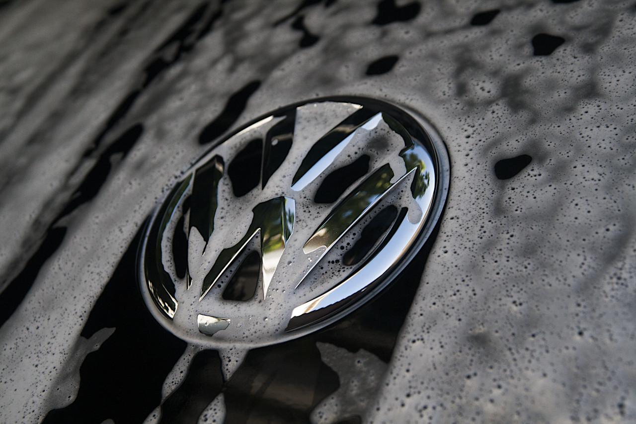 Logo Volkswagen avec mousse de prélavage