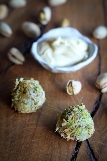 Trufas de chocolate blanco, coco y pistacho