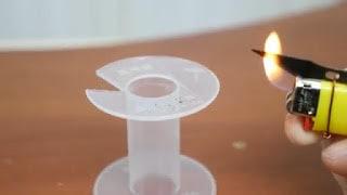 5. Nyalakan korek api kemudian panaskan kumpulan potongan / silet yang sudah diikat tadi.