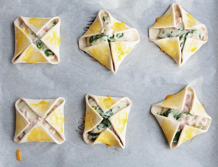 Herzhaft gefüllte Blätterteigtaschen mit Spinat, Schinken & Käse