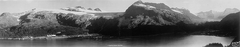 Photo panoramique de Whittier en Alaska en 1957