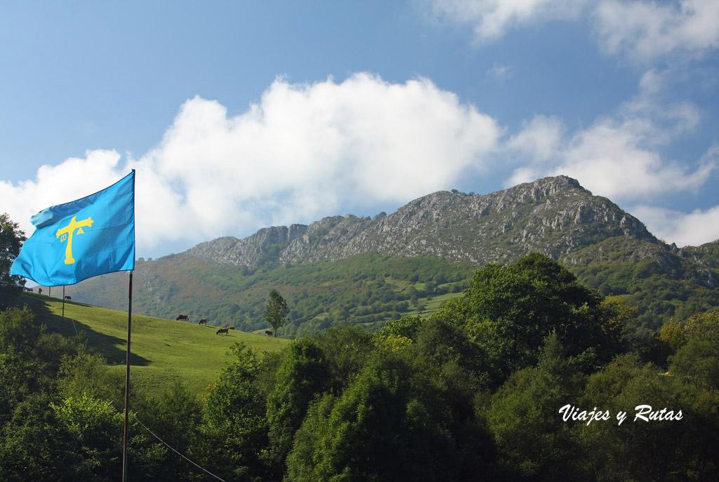 Bandera de Asturias en la Ruta de las Xanas