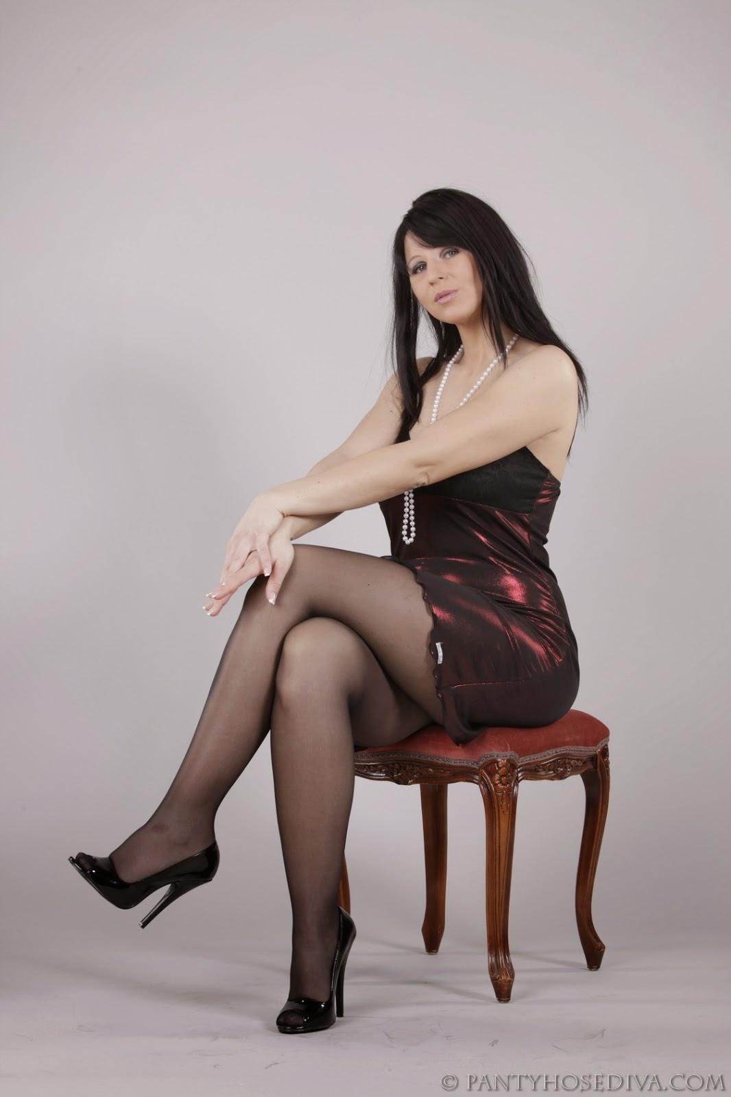 Mature Lovers Stunning Looking Pantyhose Diva Exposing -1004