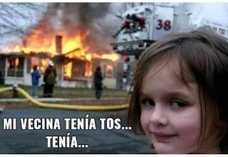 Niña frente a casa ardiendo