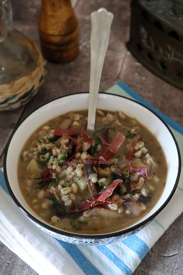 Zuppa d'orzo, funghi e speck