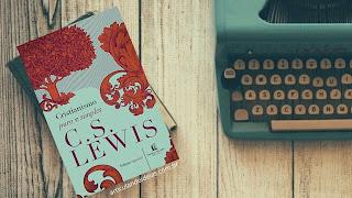 Livro ao lado da máquina de escrever