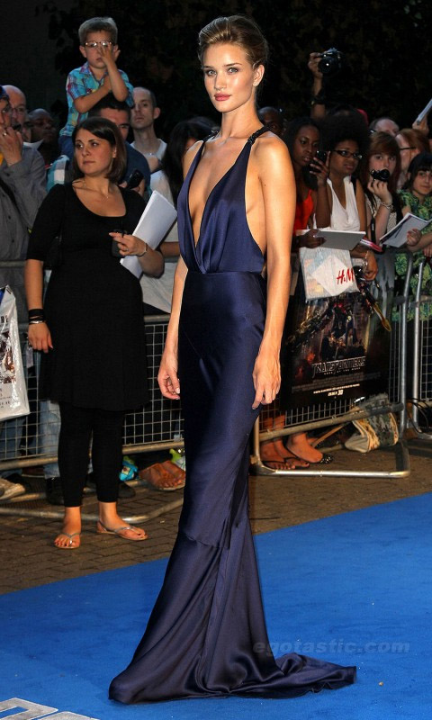 a523da9d77e Rosie Huntington-Whiteley showed up wearing an elegant navy blue Burberry  dress