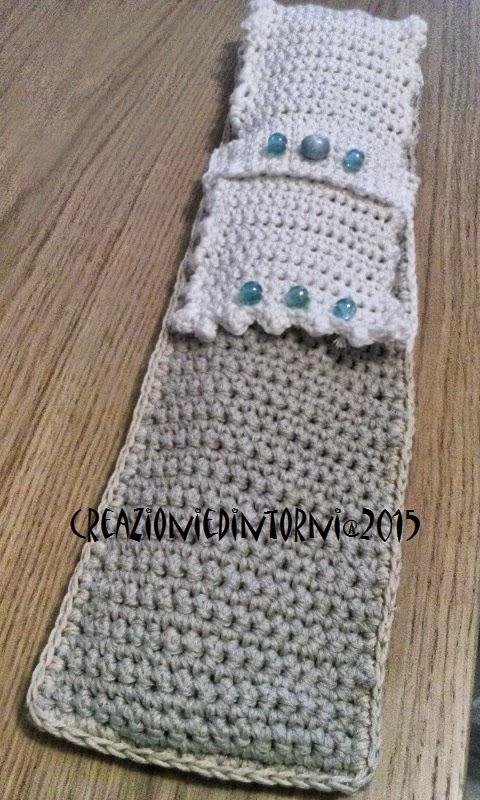 pochette pour aiguilles à tricot beige et blanche et perles bleus