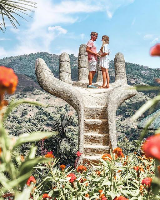 Phiên bản gốc - Bàn tay bê tông khổng lồ ở Sirao Flower Garden, Philippines