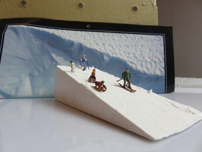 Holzkeil-bemalt-mit-HO-Figuren