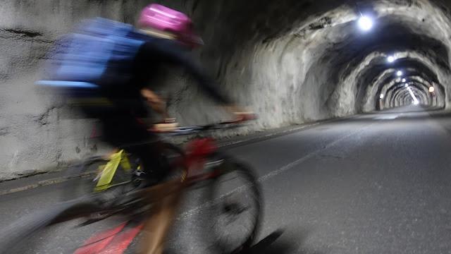 Mit dem Bike durch den Stollen auf den Tiefenbachferner