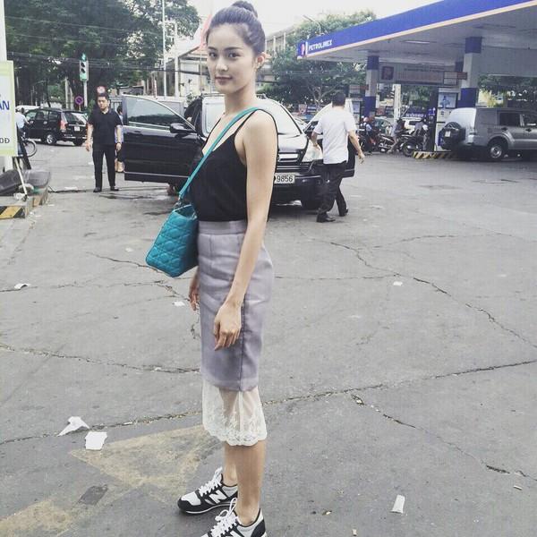 Xem mỹ nữ việt chọn giày Sneaker đế cao bắt cặp hoàn hảo cùng váy h24è