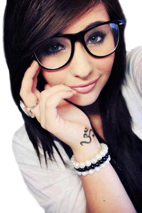 chica morena con ojos azules, lleva tatuaje de om en la muñeca