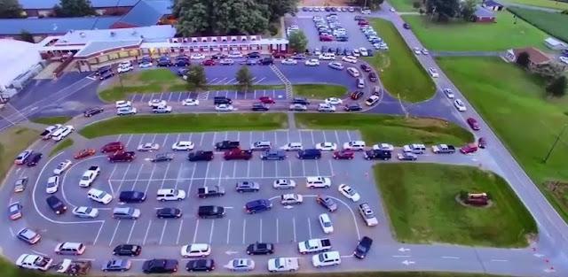 Недавно квадрокоптером был снят ролик, в котором показано, как американские водители привозят своих чад в школу. В видео можно увидеть, как множество автомобилей, выстроенных в два ряда, подъезжают к входу школы и партиями высаживают детей, которые затем в полной безопасности проходят в здание.