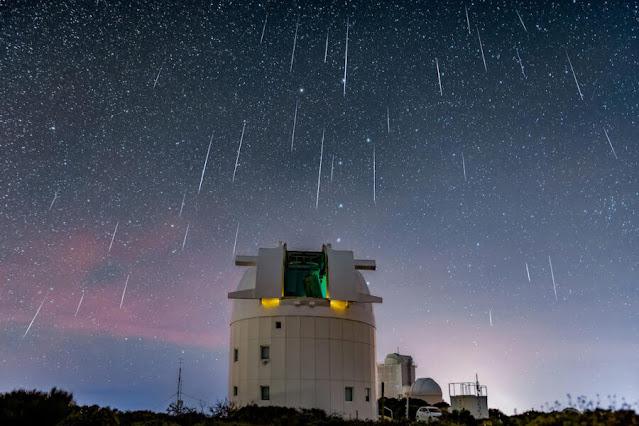 Imagem composta da chuva de meteoros Geminidas 2018 feita por Antonio Martin-Carrillo em Tenerife Ilhas Canárias Espanha e o Optical Ground Station operado pela Agência Espacial Europeia usado para rastrear objetos próximos da Terra e para comunicar com a ISS