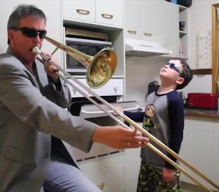 Papà e hijo tocando la trompeta