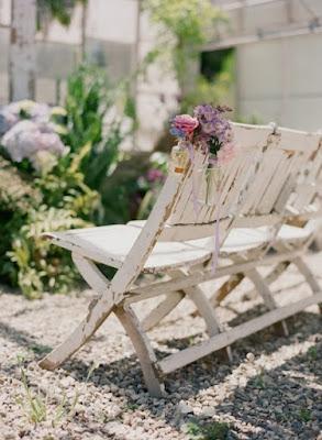 Decoración de las sillas en la ceremonia al aire libre
