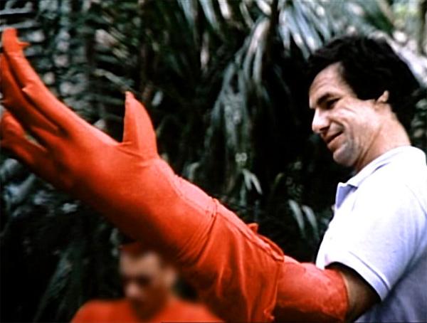 El director John McTiernan con el brazo rojo del Depredador