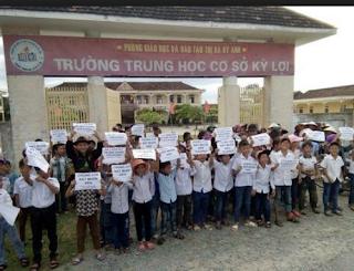 Học sinh trường kỳ lợi biểu tình