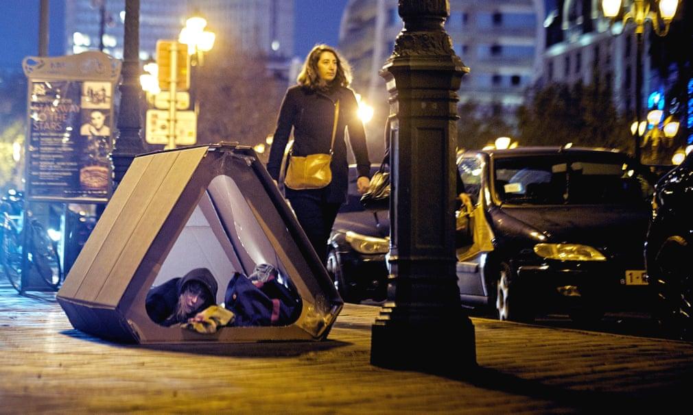 Безпритульна в наметі на вулиці в Брюсселі