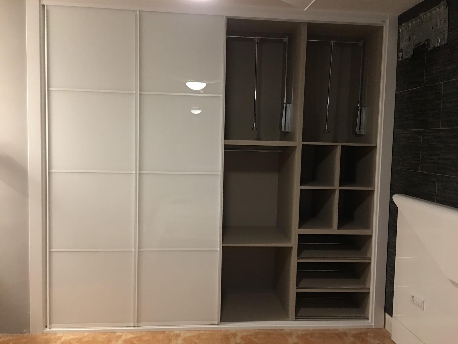 Frentes armarios empotrados armario bao blanco lacadofoto for Fabricar puerta corredera