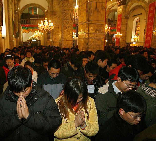 O comunismo precisa de uma falsa igreja para controlar os fiéis
