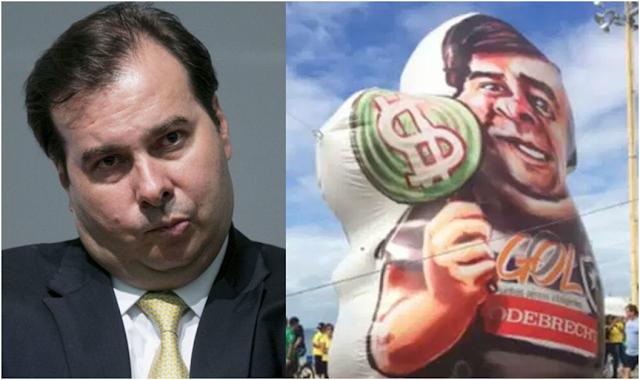 Manifestantes levam boneco de Rodrigo Maia com saco de dinheiro em ato pró-governo