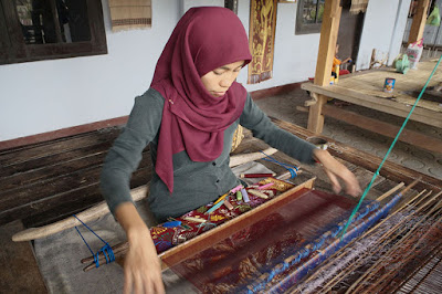 Hand weaving Sukarare Village