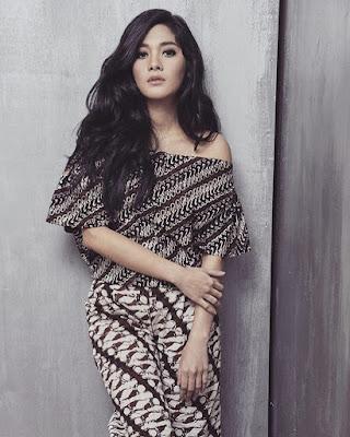 Naysila Mirdad pakai Baju batik dan manis seksi