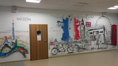 Mural w szkole, Malowanie graffiti na terenie szkoły, artystyczne graffiti w klasie językowej, mural 3D w klasie, malowidła ścienne do szkoły