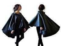 Bir bayanın omuzlarındaki siyah bir pelerinin arkadan ve önden görünümü