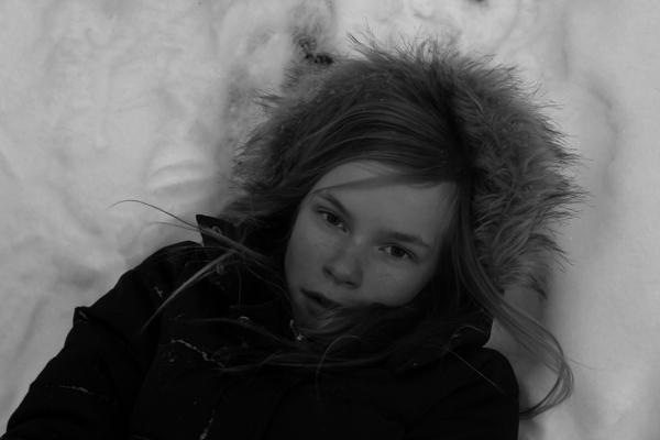 tyttö talvimaisemassa