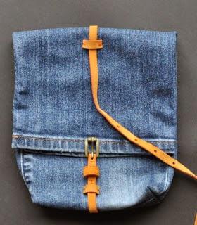 http://www.muyingenioso.com/ingenioso-bolso-reciclando-un-pantalon-vaquero/