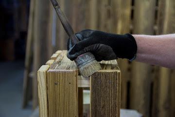 Manufaktura mebli ze starego drewna – zrównoważony biznes, zrównoważone życie