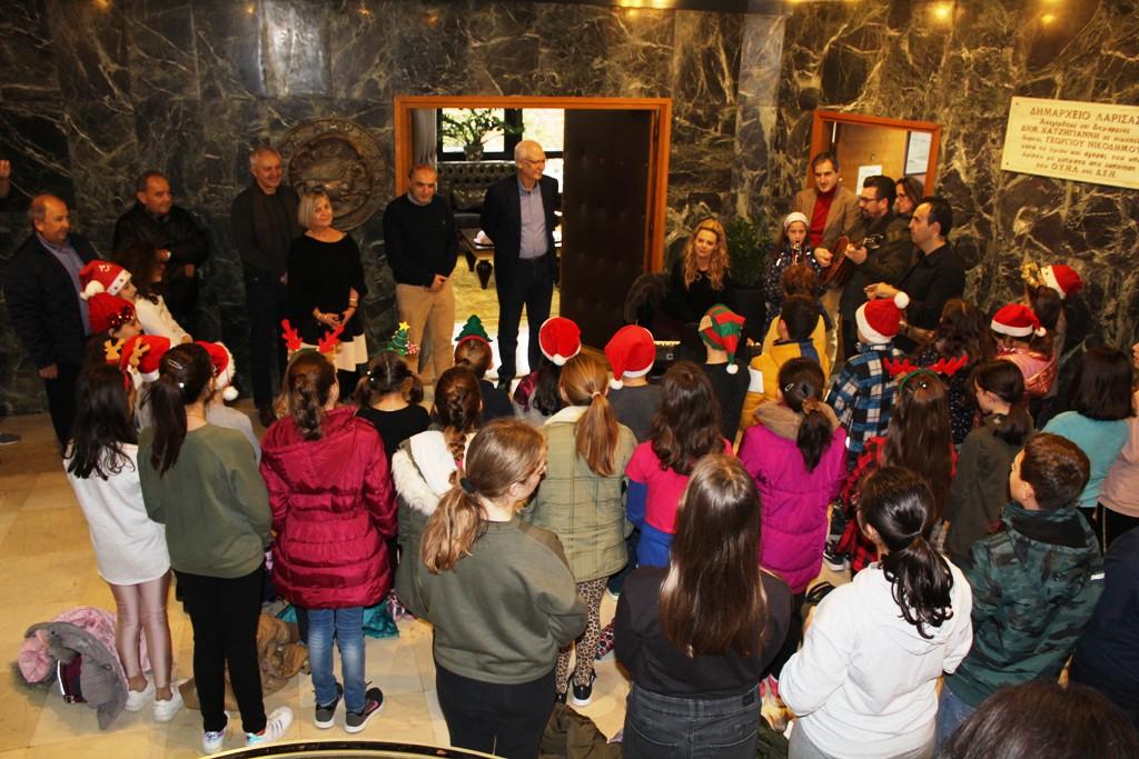Κάλαντα και ευχές απο μαθητές στο Δημαρχείο της Λάρισας