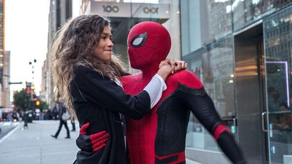 Homem-Aranha com MJ no colo em cena do filme Homem-Aranha: Longe de Casa