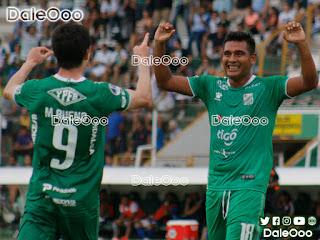 José Alfredo Castillo y Marco Bueno festejan uno de los goles de Oriente Petrolero sobre Real Santa Cruz - DaleOoo
