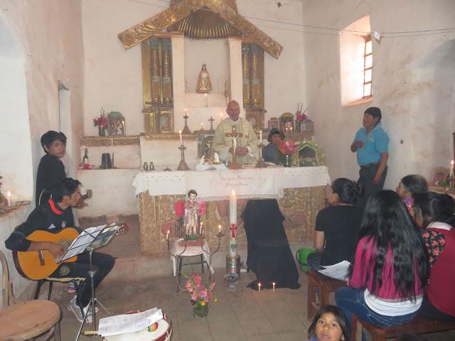 Gottesdienst an Weihnachten in Mojinete .Es wurde auch noch für einen Verstorbenen gebetet deshalb der schwarze Stuhl.